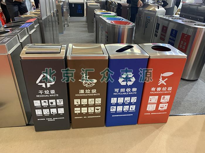 在社会中广泛使用的分类垃圾桶
